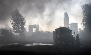Des militaires ukrainiens participent aux opérations de secours après un incendie dans un dépôt pétrolier près de Kiev, le 9 juin 2015