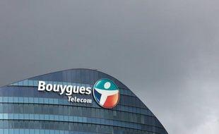 L'opérateur Bouygues Telecom a vu ses bénéfices chuter de 57% au premier semestre, à 92 millions d'euros, bien qu'il ait réussi à endiguer la fuite de ses clients causée par une concurrence accrue sur le marché de la téléphonie mobile avec l'arrivée de Free.