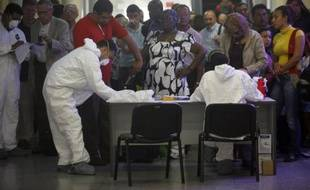Contrôles sanitaires des passagers en provenance du Mexique le 27 avril 2009. Ici dans un aéroport en Honduras.