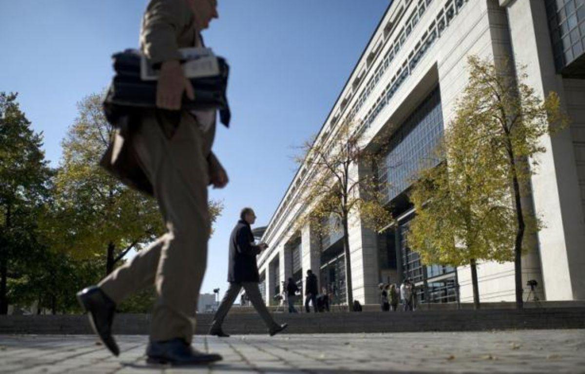 La situation économique de la France est difficilement compatible avec la notation triple A sur sa dette, estime une étude publiée mardi par un centre d'études qui classe le pays en queue d'un classement évaluant l'état de santé des membres de la zone euro en pleine crise de la dette. – Fred Dufour afp.com