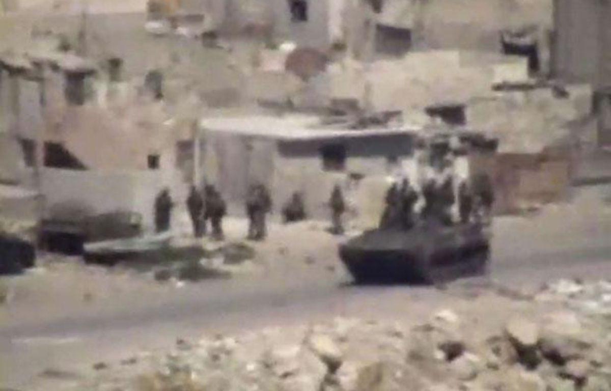 Image d'une vidéo amateur rendue publique le 17 août 2011, montrant des véhicules militaires et des troupes dans la ville syrienne de Lattaquié, où la population rapporte des actes de répression. – AP/SIPA