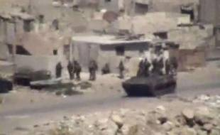 Image d'une vidéo amateur rendue publique le 17 août 2011, montrant des véhicules militaires et des troupes dans la ville syrienne de Lattaquié, où la population rapporte des actes de répression.