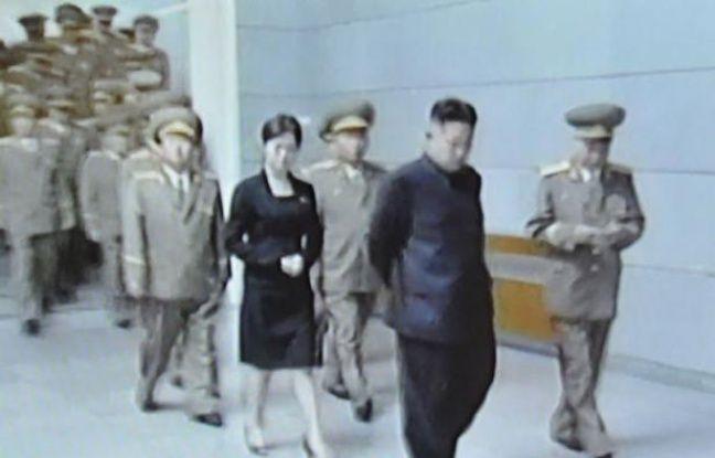 Les experts sur la Corée du Nord, un des pays les plus fermés de la planète, s'interrogeaient lundi sur l'identité d'une femme apparaissant régulièrement aux côtés du nouveau jeune dirigeant, Kim Jong-Un, et qui pourrait être sa soeur ou sa compagne.