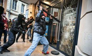 Plusieurs vitrines de magasin ont été cassées lors de la manifestation contre la loi de sécurité globale à Bordeaux.