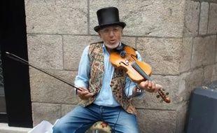 Un cagnotte lancée pour payer un nouveau violon à Dinu.