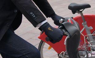 Les gants connectés auto désinfectants de Spinali Design.