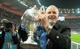 Francis Gillot brandit fièrement la première Coupe de France de sa carrière.