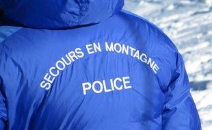 Les 2 Alpes, le 8 décembre 2015 Les professionnels de la montagne et les secouristes se livrés à un exercice de sécurité avalanche, s'entraînant avant l'arrivée des vacanciers.