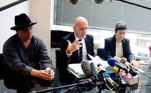 Me Jean-Christophe Coubris (au centre), et Laurent et Florence Molinet, le frère et l'épouse de Guillaume, décédé à Rennes dans le cadre d'un essai thérapeutique.