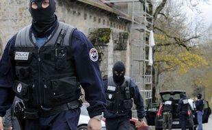 Un policier antiterroriste lors de l'interpellation des membres du groupe de Tarnac, le 11 novembre 2008.