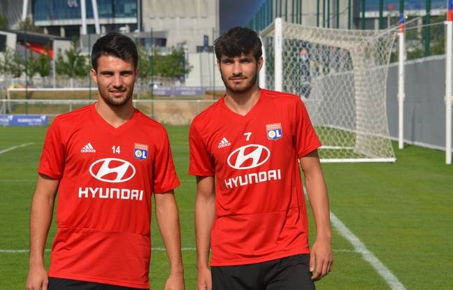 Léo Dubois et Martin Terrier ont posé sous leurs nouvelles couleurs, mardi au Groupama OL Training Center.