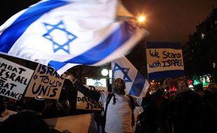 Entre 2.500 personnes selon la police et 5 à 7.000 selon les organisateurs, ont manifesté mardi soir à Paris près de l'Ambassade d'Israël en soutien à l'Etat hébreu qui a déclenché depuis sept jours une opération militaire contre le Hamas et les groupes armés à Gaza.