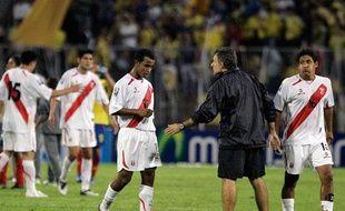 Les footballeurs de l'équipe nationale péruvienne après une défaite face à la Colombie à Medellin, le 10 juin 2009.