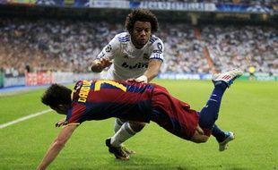 Le Madrilène Marcelo, à la lutte avec le Barcelonais David Villa, le 27 avril 2011, à Madrid.