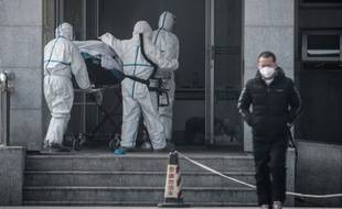 Un patient victime du virus est amené à l'hôpital Jinyintan le 18 janvier 2020.