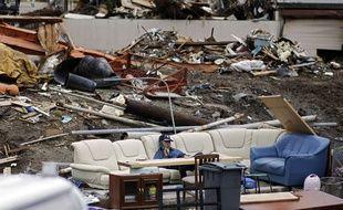 Un homme téléphone après le passage du tsunami à Fukushima (Japon) le 23 avril 2011