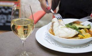 Le vin est souvent un moyen d'accompagner (avec modération) un bon repas.