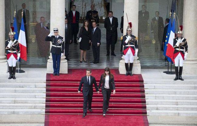Nicolas Sarkozy et sa femme Carla quittent l'Élysée après de la passation de pouvoir avec François Hollande le 15 mai 2012.