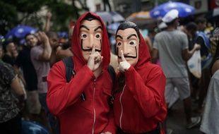 Deux festivaliers habillés en personnage de