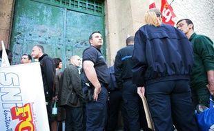 Des surveillants bloquent l'entrée de la prison des Baumettes à Marseille, le 4 mai 2009.