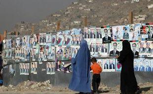 Des femmes afghanes passent devant des affiches électorales à Kaboul, Afghanistan.