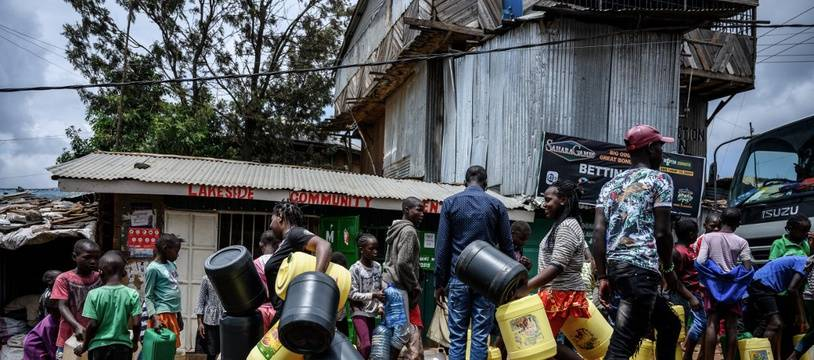 La population fait la queue pour la distribution d'eau à Nairobi au Kenya, le 7 avril 2020.