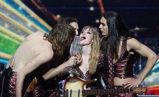 Le 23 mai 2021, les Maneskin s'amusent avec le trophée de l'Eurovision qu'ils viennent de remporter.