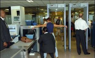 Les contrôles de sécurité d'au moins 21 aéroports américains ont récemment échoué à détecter des explosifs, ont révélé vendredi deux parlementaires de l'opposition démocrate, citant un rapport officiel gardé secret par l'administration.