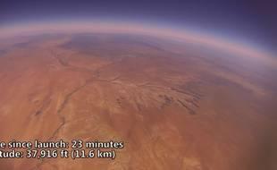 Capture d'écran d'une vidéo YouTube montrant l'odyssée d'une GoPro aux confins de l'espace.