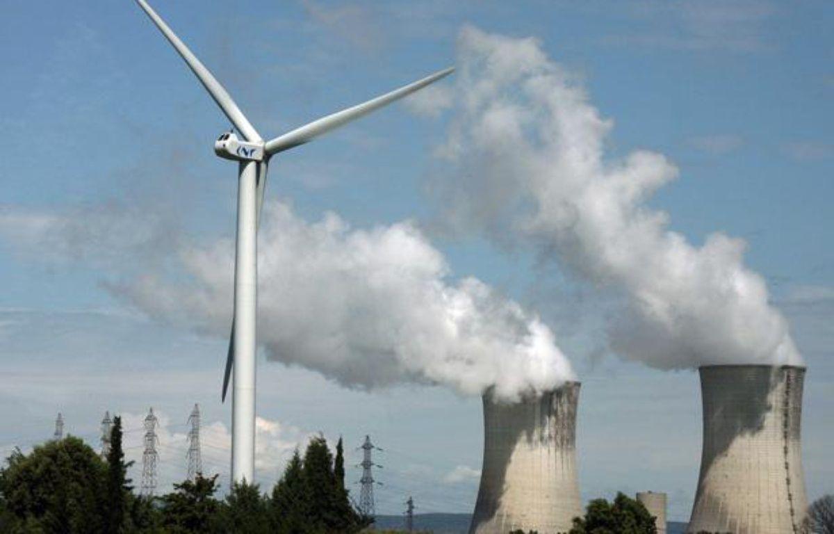 Une éolienne sur le site nucléaire de Tricastin. – SIPA