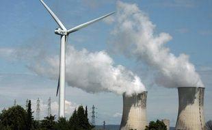Une éolienne sur le site nucléaire de Tricastin.