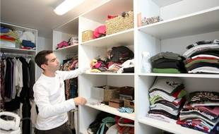 Mieux vaut un grand rangement, comme un dressing sur tout un mur, que plusieurs petit meubles de rangement qui étouffent la pièce.