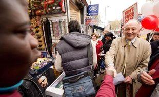 L'excentrique maire conservateur de Londres Boris Johnson fait figure de favori dans l'élection qui l'opposera jeudi à son prédécesseur, le travailliste Ken Livingstone, à l'issue d'une âpre campagne entre ces deux personnalités hautes en couleurs.
