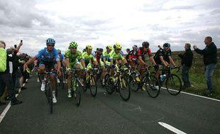 Les coureurs du Tour lors de la deuxième étape le 6 juillet 2014.