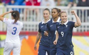Eugénie Le Sommer et les Bleues contre l'Angleterre le 9 juin 2015.