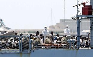 Le navire Verseau débarque au port de Valence avec des migrants, en Espagne, le dimanche 17 juin 2018.