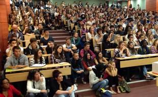 Un cours en amphi bondé dans une université nantaise.