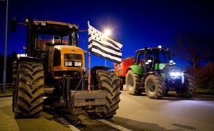 Un tracteur orné du drapeau breton bloque une route près de Vannes, alors que les agriculteurs manifestent et réclament une hausse des prix de leurs produits