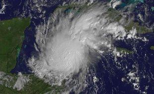 La tempête tropicale Rina qui balaye les Caraïbes s'est renforcée lundi en ouragan et menace l'Amérique centrale, et notamment les côtes du Mexique, a annoncé le Centre national des ouragans américain (NHC), basé à Miami.