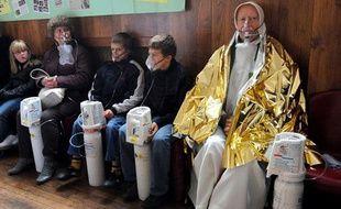 Des personnes, dont le curé de la paroisse respirent de l'oxygène, le 8 novembre 2009 dans la salle des fêtes d'Angres apres avoir été intoxiquées au monoxyde de carbone lors d'une messe à l'église Saint Cyr.