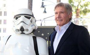 Un Stormtrooper et l'acteur Harrison Ford