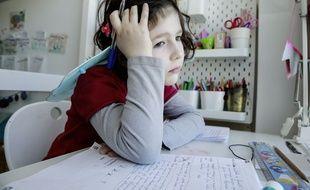 Une élève qui travaille à la maison, le 13 mars 2020 pendant la période de confinement.