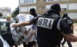 La BRI interpelle une jeune femme soupçonnée de radicalisation à Lyon, le 26 juin 2015.