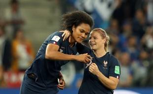 Eugénie Le Sommer est venu soutenir Wendie Renard après son but contre son camp.