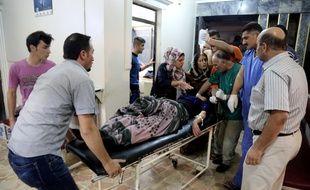 Une femme blessée est transportée dans un hôpital de la province syrienne d'Hassaké le 3 octobre 2016, après une attaque suicide lors d'un mariage.