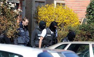 Des policiers sortent de l'appartement de Mohamed Merah, le 23 mars 2012.