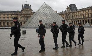 Des policiers patrouillent devant le Louvre, le 3 février 2017, après une attaque à la machette contre des militaires.