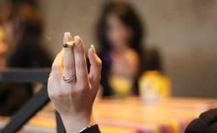 Illustration d'une femme tenant une cigarette à la main.