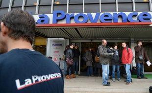 Des journalistes devant le journal La Provence, àMarseille, attendent l'arrivée de Bernard Tapie, le 20 décembre 2012.