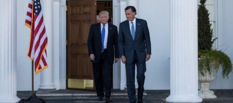 Donald Trump raccompagne Mitt Romney après leur entretien au pavillon du golf Trump de Bedminster, dans le New Jersey, le 19 novembre 2016.